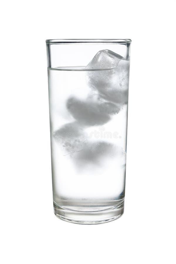在丝毫隔绝的highball或用大杯喝的饮料玻璃的冷的被冰的水 免版税库存图片