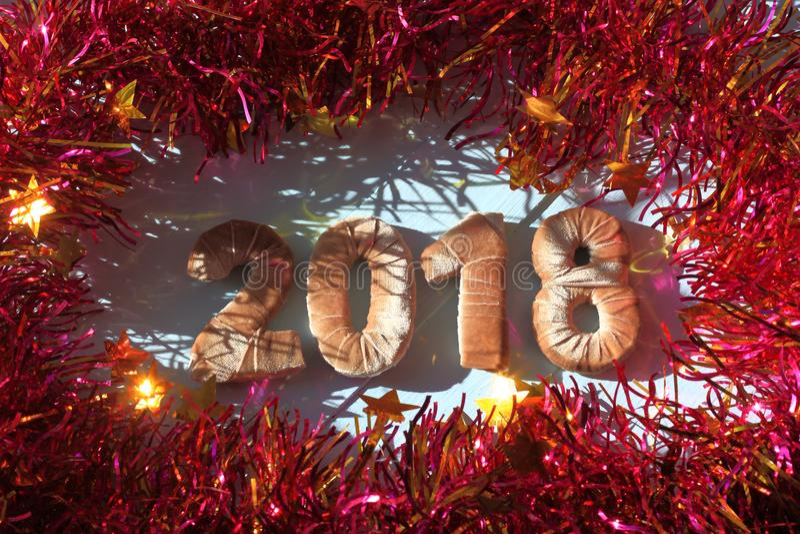 在丝绒织品的数字 新年2018年 红色闪亮金属片 库存照片
