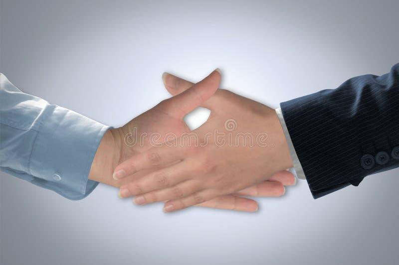 在两个人之间的握手 库存图片
