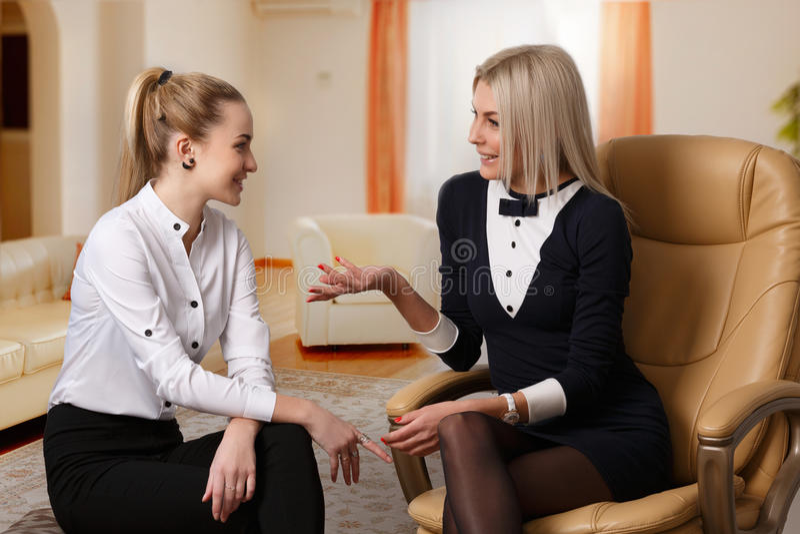 在两个女朋友之间的交谈 免版税库存图片