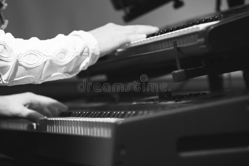 在两个键盘的电钢琴演奏者戏剧 免版税图库摄影