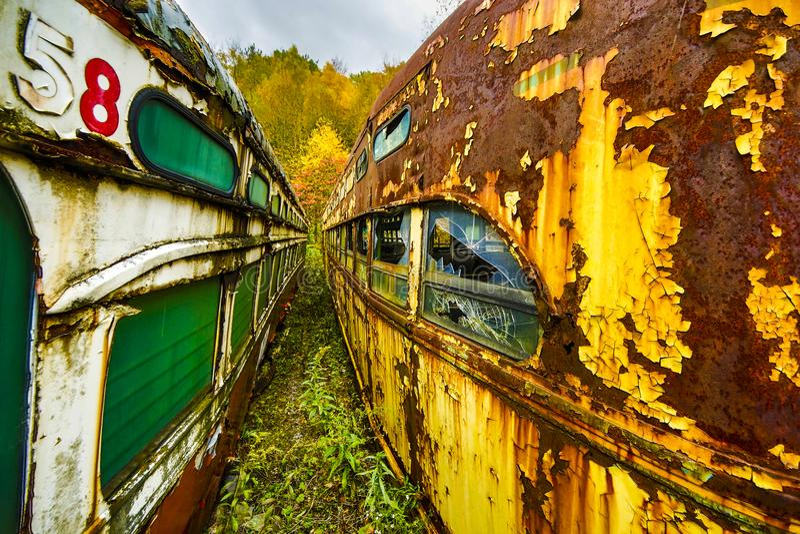 在两条线之间的被放弃的电车广角透视图 库存照片