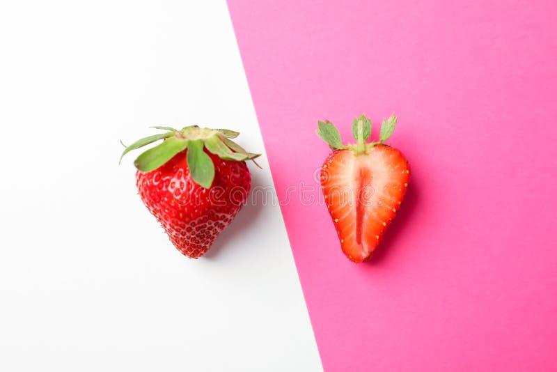 在两种颜色的背景,文本的空间的草莓 库存图片