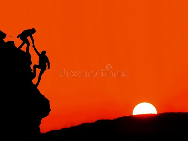 在两登山人之间的帮手 免版税库存照片