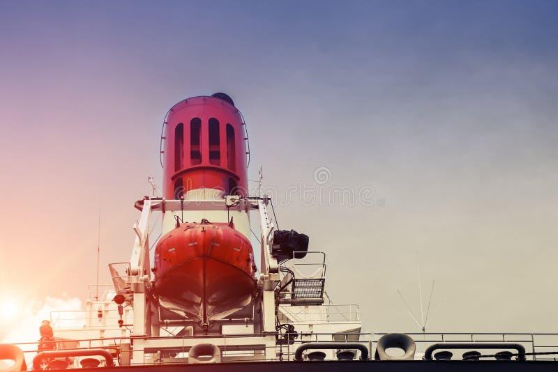 在严厉的船的安全救生艇有漏斗和排气管气体的 库存图片