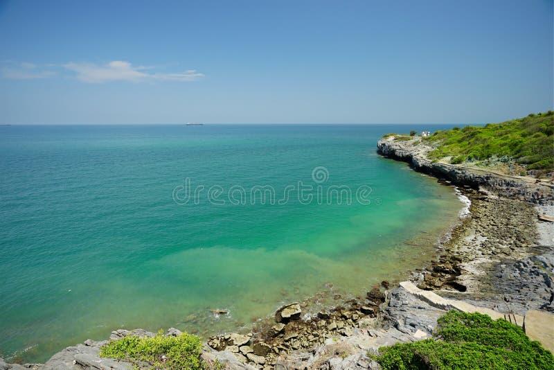 在严酷的苦难酸值阁西昌岛,春武里市,泰国通行证海滩的海风景  免版税库存照片