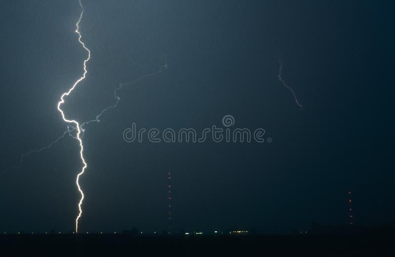 在严重雷暴期间,长的雷电碰撞地球 库存图片