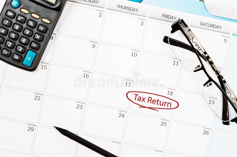 在个人日历的纳税申报文本为提醒 免版税库存照片