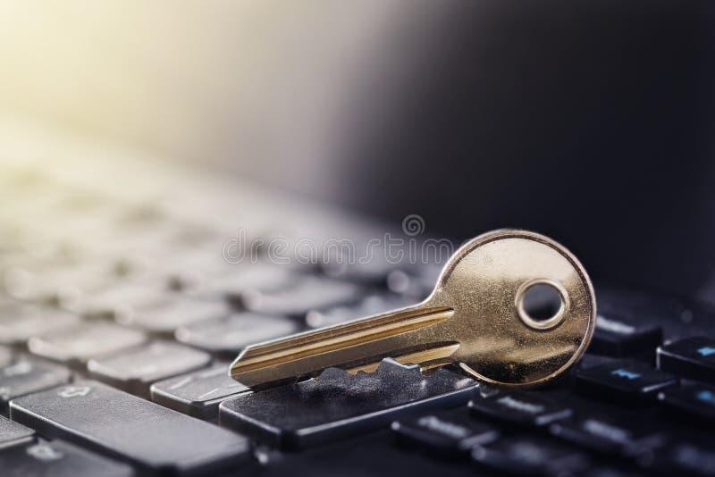 在个人计算机键盘的关键锁 Ð计算机安全¡个人数据的oncept和保护在互联网上的 免版税库存图片