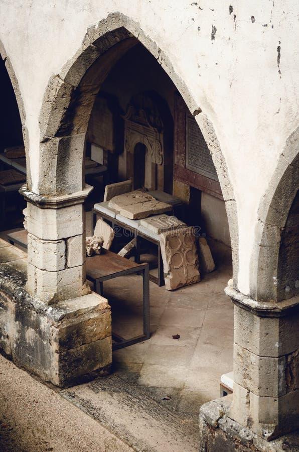在中世纪和巴洛克式的墓碑的恢复工作在基督,古老templar堡垒女修道院的修道院和 库存图片