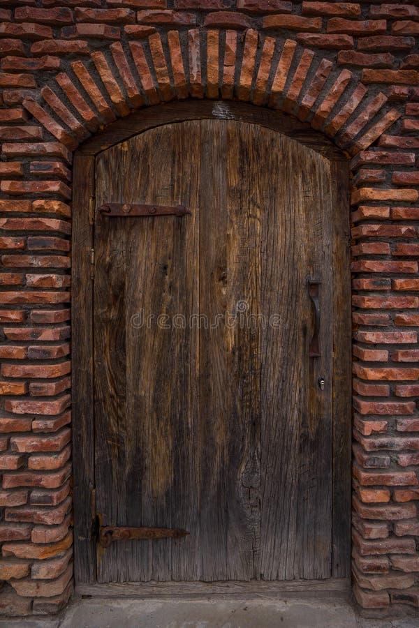 在中世纪城堡的古老橡木门 免版税库存照片