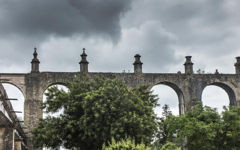 在中世纪城堡附近的渡槽和T的Templar修道院 库存图片
