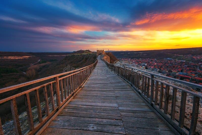 在中世纪堡垒Ovech的史诗日落在普罗瓦迪亚,保加利亚附近 免版税库存图片