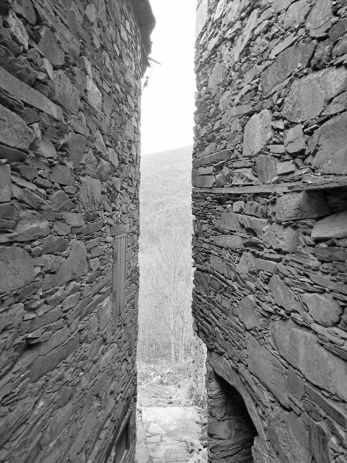 在中世纪墙壁之间的狭窄的段落 库存照片