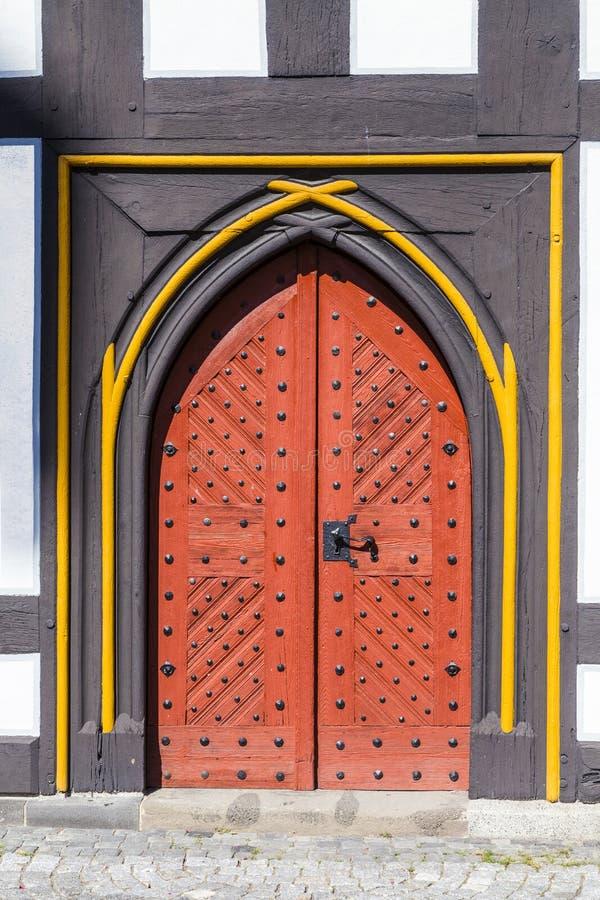 在中世纪房子的老门在绍滕 库存照片