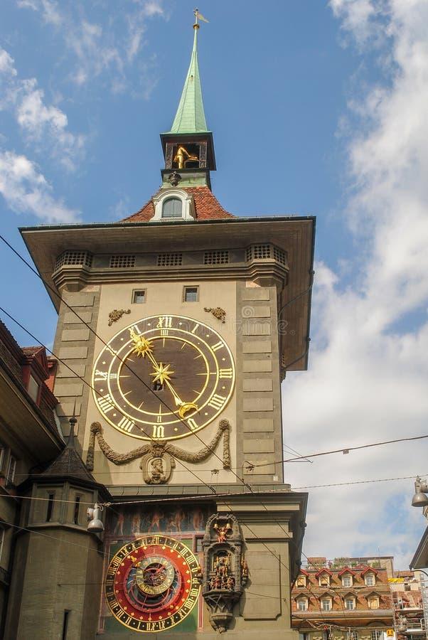 在中世纪时钟塔钟楼的天文学时钟在伯尔尼,瑞士的老市中心 免版税库存图片