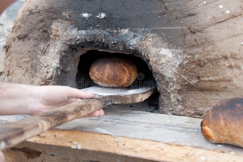 在中世纪烤箱做的传统面包。 图库摄影