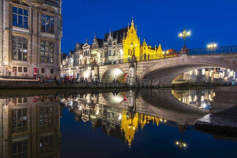 在中世纪绅士的圣迈克尔的桥梁在晚上,比利时 免版税图库摄影