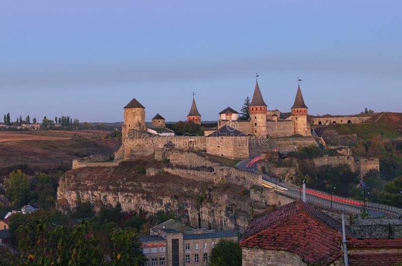 在中世纪Kamianets-Podilskyi城堡附近的不可思议的秋天日出 著名旅游地方和浪漫旅行目的地 免版税库存图片