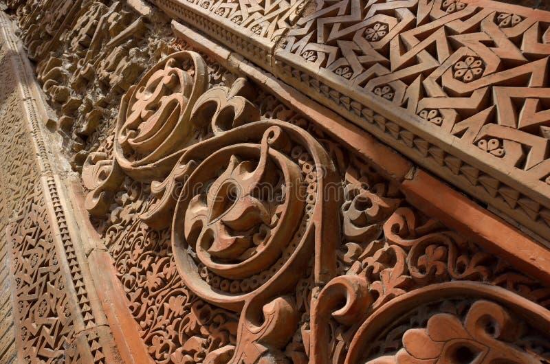 在中世纪Karakhanid ` s坟茔的传统几何和花卉回教装饰样式在乌兹根,奥什地区,吉尔吉斯斯坦,联合国 库存照片