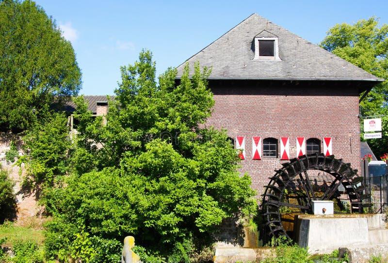 在中世纪watermill的看法与在小德国村庄明轮 免版税库存照片