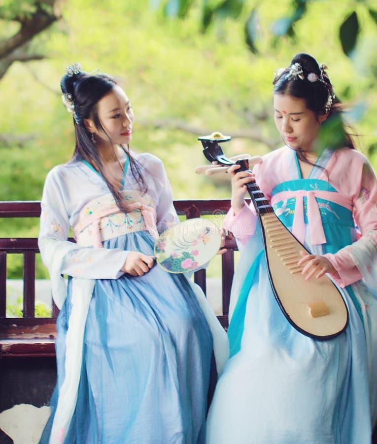 在中国传统古老服装戏剧负子蟾琵琶吉他的接近的女朋友bestie 免版税图库摄影