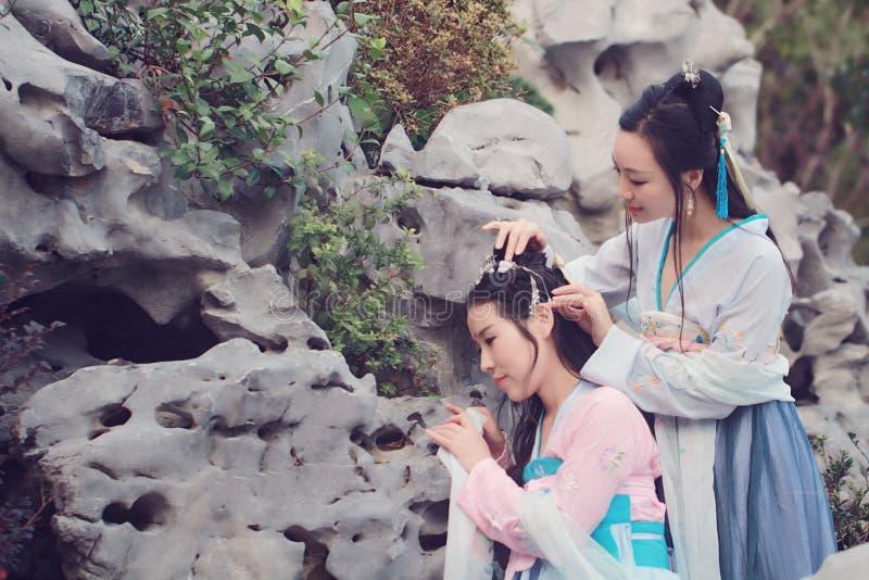在中国传统古老服装的接近的女朋友bestie 免版税库存图片