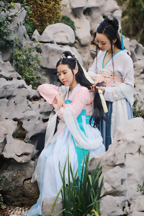 在中国传统古老服装的接近的女朋友bestie 库存照片