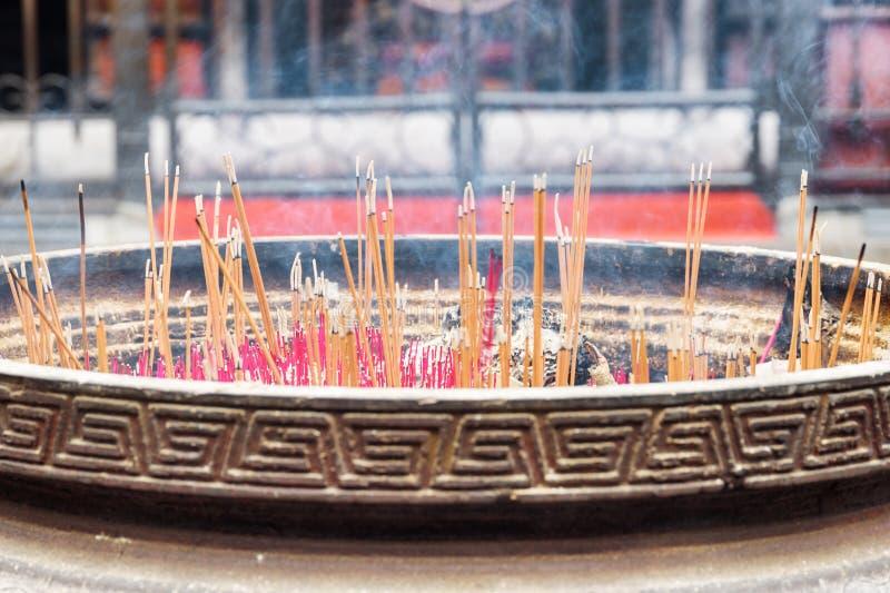 在中国佛教寺庙的燃烧的香火棍子 库存照片
