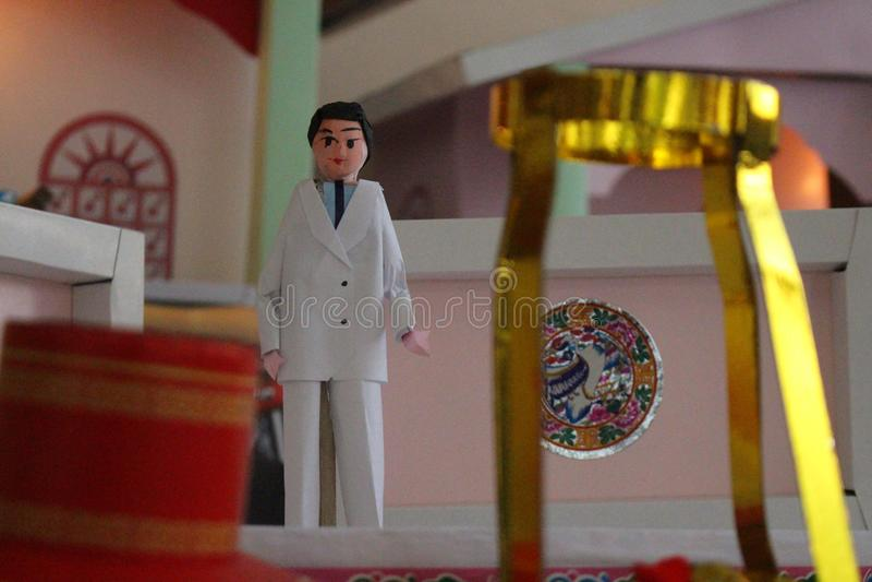 在中国宗教葬礼的金纸烧的对死亡 免版税库存照片