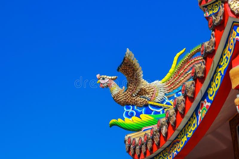 在中国寺庙屋顶的天鹅雕象有蓝天的 库存图片