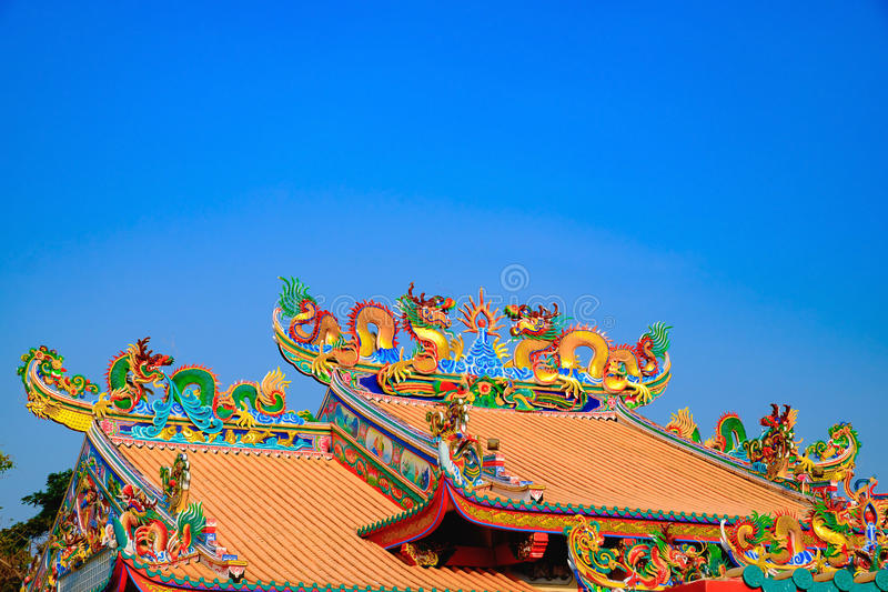 在中国寺庙屋顶的龙雕象有蓝天的 库存照片