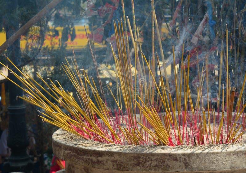 在中国寺庙的灼烧的香火棍子 免版税库存图片