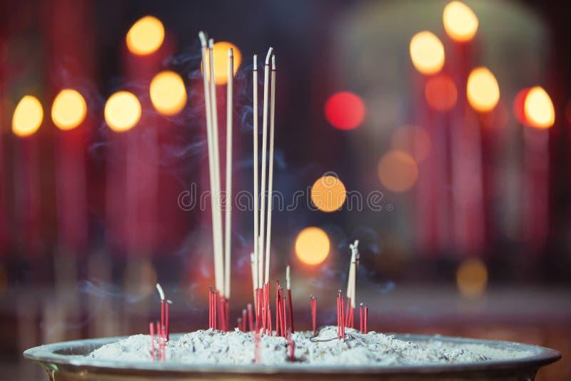 在中国寺庙的灼烧的香火 免版税库存图片