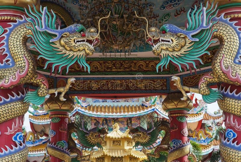 在中国寺庙的金黄龙 免版税库存照片