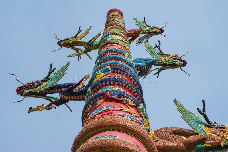 在中国寺庙的金黄龙 免版税库存图片