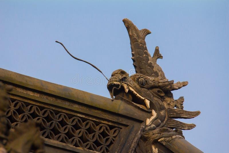 在中国屋顶的龙雕塑 免版税图库摄影