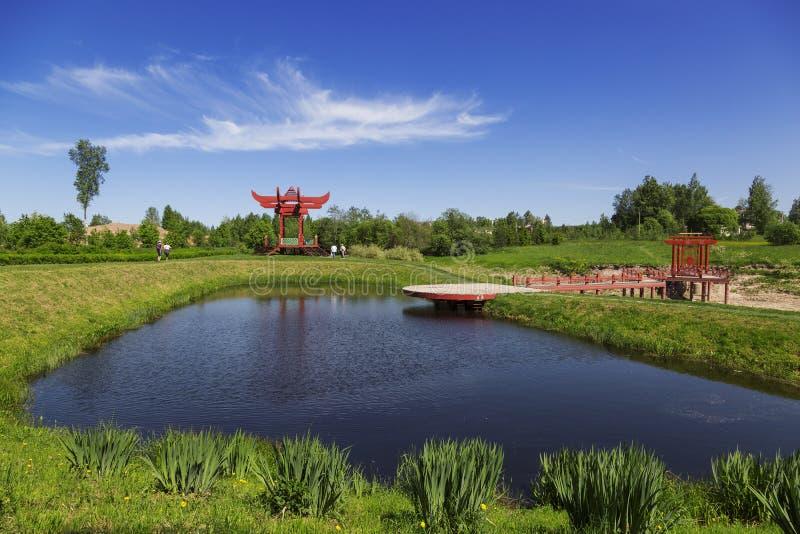 在中国式的红色眺望台在池塘的岸庄园` Marino `的,列宁格勒地区 免版税图库摄影