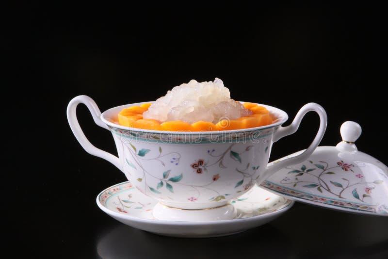 在中国杯子的混杂的甜果汁在黑背景 库存图片