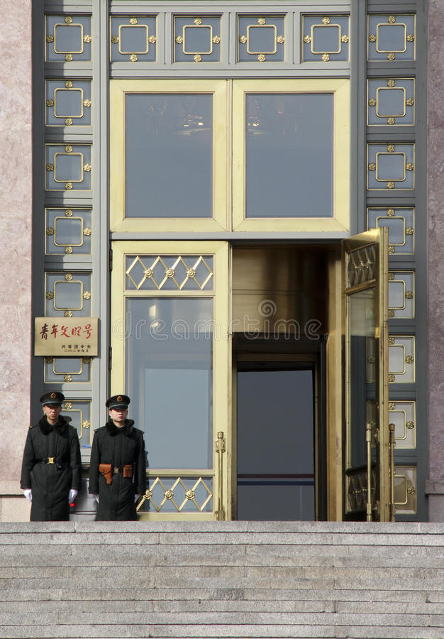 在中国的议会大厦门的两卫兵  免版税库存图片