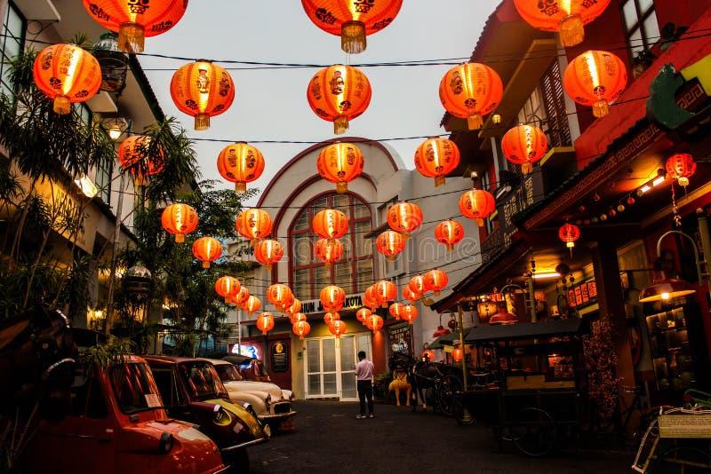 在中国老市场的橙色灯笼 免版税库存照片