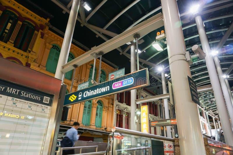 在中国镇的MRT驻地在新加坡需要的晚上 库存图片