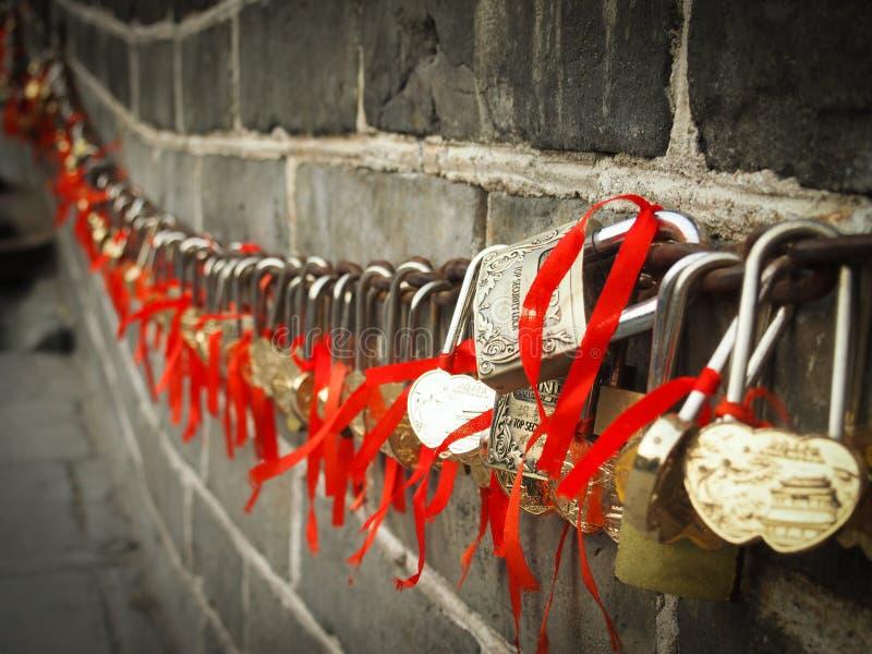 在中国长城的爱锁 库存照片
