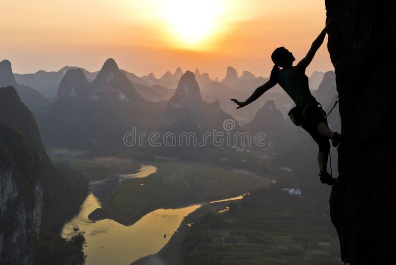 在中国风景的女性登山人剪影 库存图片