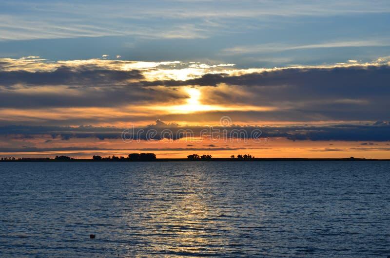 在中央佛罗里达湖的红色日落  免版税库存照片