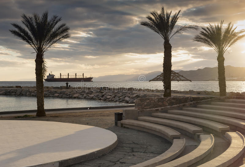 在中央公开海滩的日落埃拉特 库存图片