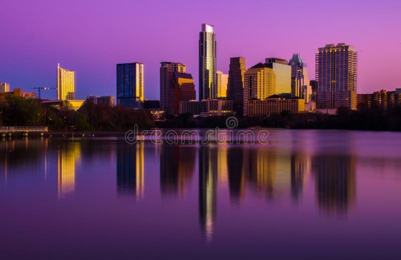 在中央奥斯汀得克萨斯地平线完美的桃红色日出 库存照片