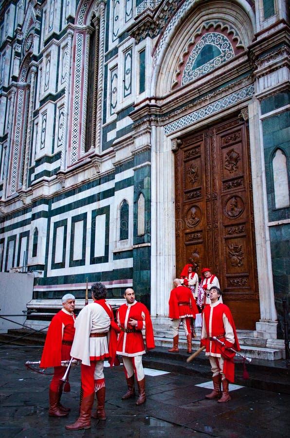 在中央寺院前面的意大利reenactors在佛罗伦萨 免版税库存图片
