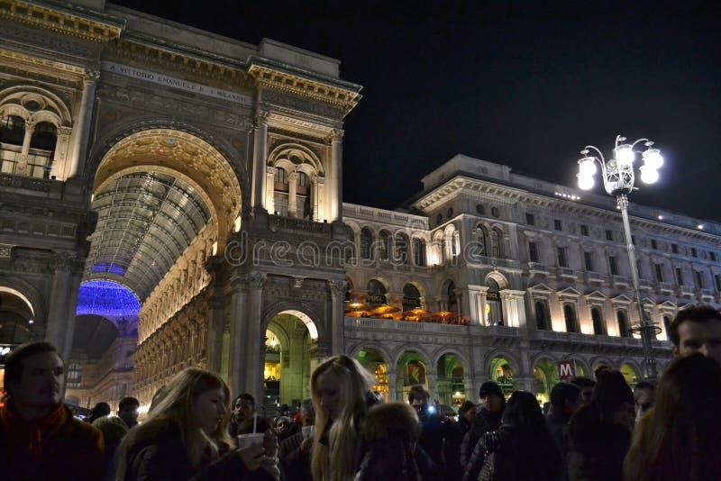 在中央寺院正方形与很多人礼物和著名维托里奥・埃曼努埃莱・迪・萨伏伊II画廊的新年音乐会在背景中 免版税图库摄影