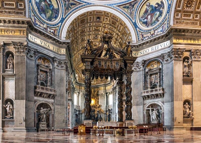 在中央教堂中殿墙壁上的美丽的雕刻的装饰我 库存照片